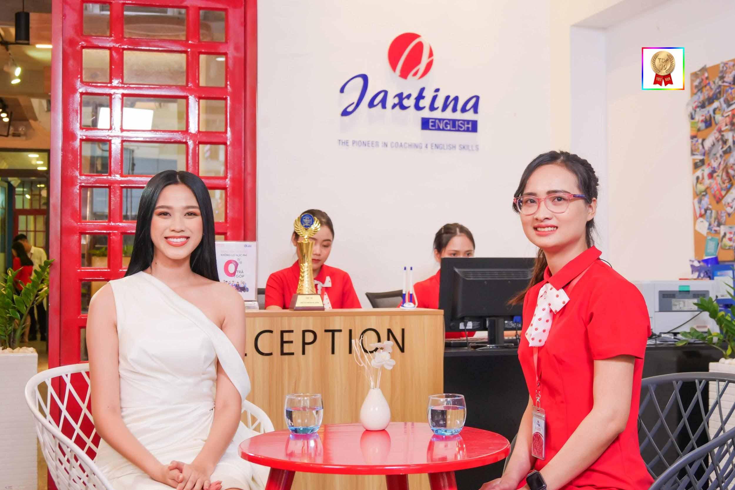 Hoa hậu Đỗ Thị Hà học tiếng Anh tại Jaxtina